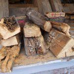Ausgebautes, zerstörtes Holz der Dachkonstruktion