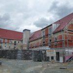 Wohnheim mit Stützmauern