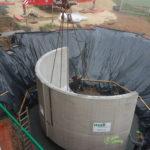 Fertigteil des Bunkers während Einbau mit Autokran