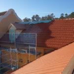 Blick auf die sanierten Dachflächen von Verbindungsbau und ehem. Stall