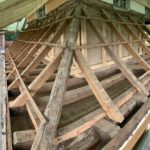 Freigelegte Dachkonstruktion des Pultdachkranzes am Haupthaus